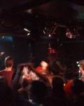 Das Publikum geht voll mit, steht also zombiehaft herum und ritzt sich launig im Takt der Emocore-Akkorde mit der Rasierklinge.