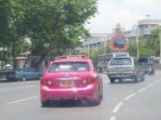 Taxi in Bangkok bei schnittiger Fahrt durch einen Kreisverkehr